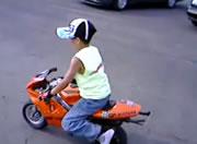 ポケバイ 見事なウイリーで乗りこなす少年