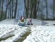 ソリ遊びでハプニング