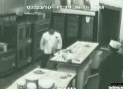 厨房で怒り狂うシェフ
