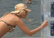 ロシア 砂浜に置かれたペプシが入った氷の冷蔵庫