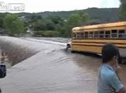浸水した橋をバスで渡る