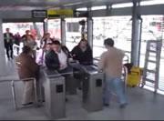 駅の改札で転ける女性