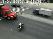ペルー 白バイ隊員交差点で事故