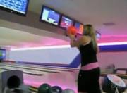 ボウリング ボールを投げ飛ばす女性