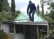 屋根から落ちる男性・・・その後間一髪で助かる