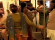 インド 女性車両の乗った男を叩き出す女性達