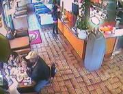 レストランで食事中の家族に車が突っ込む