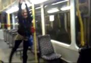 電車の手摺で遊ぶ女性 重さに耐えきれずに・・・