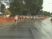 女子マラソン ゴール手前で倒れる
