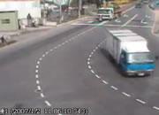交通事故 前を走るバイクをトレーラーが・・・!!
