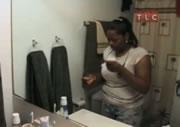 トイレットペーパーを食べる女性