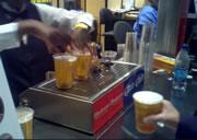 カップの底からビールを入れる機械