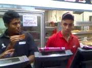 KFC 従業員が怒り出す