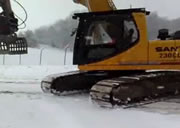 雪道をキャタピラーで滑ってみる
