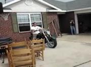 大型バイクに乗ってトラックの荷台へ・・・