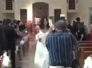 結婚式記念写真を撮影するカメラマンが転ける