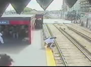 親子が線路に下りた直後で電車がやってくる!