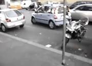 縦列駐車しようとしてバイクを倒してしまう