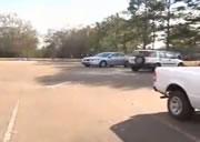 巨大つららが落下する駐車場