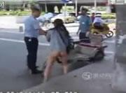 パンツを脱いで叩き続ける女