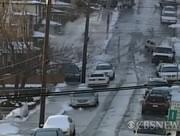 雪の坂道で滑りまくる車