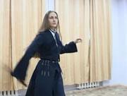 ロシア女性の剣を使ったダンス