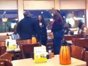 レストラン店内で乱闘