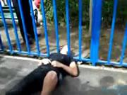 柵から頭が抜けなくなった男性