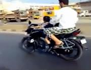 4歳の女の子がバイクを運転