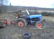 沼地に嵌ったトラクターを棒を使で脱出させる