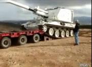 戦車を荷台に乗せようとして失敗