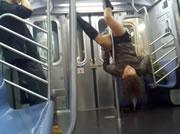 ニューヨークの地下鉄車内でポールダンス