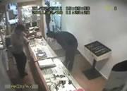 銃を持った強盗 vs 勇気ある店員