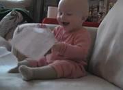 紙を千切るのを見て喜ぶ赤ちゃん