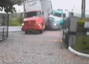 トラックにタンクローリーが突っ込む