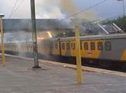 電車の屋根から激しい火花