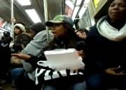 電車内でスパゲティを食べる女性と乱闘
