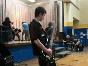 体育館で盛り上がらない学生のロックショー