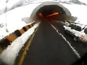 トンネル内の衝突事故