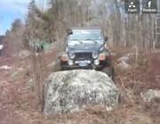 大きな岩を乗り越えようと失敗