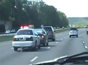 サイレンを鳴らして遅い車を煽るパトカー