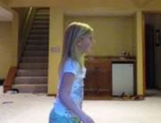 バランスボールで遊ぶ女の子のハプニング