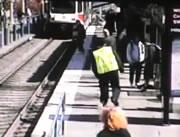 電車目の前で女性が線路に倒れる