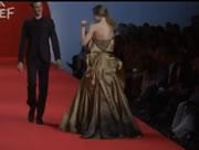 一度のファッションショーで3人のモデルが転倒