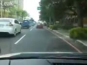 ワンちゃんを引きずりながら走ってしまう車