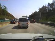ハイウェイでトラック衝突事故