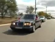 走行中に窓から出て落ちる間抜けな運転手