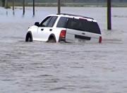 氾濫した道路を走りきれると思った女性ドライバーだが・・