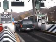 料金所での列にトラックが突っ込む事故