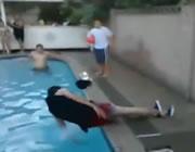 プールでハプニング映像集